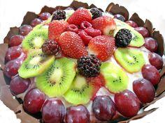 Bolo de frutas recheado com brigadeiro branco