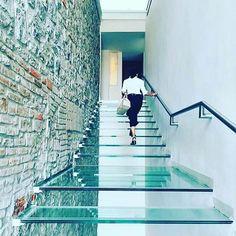 Escadas que se destacam. Esta bela escada de vidro fica no México. Um design Legorreta.  @OlhardeMahel #escada #escadaria #stairs #arquiteturaedesign #design #OlhardeMahel #arquitetura #architecture #ladder #stair #vidro #staircase #designer #glass #escadadevidro #glassstaircase #pacontecimentos