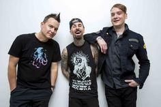 """blink-182 : n°1 aux Etats-Unis et en Grande-Bretagne ! n°5 en Digital France ! / BMG France   BLINK-182   """"CALIFORNIA"""" n°1 AUX ETATS-UNIS &  AU ROYAUME-UNI !     Le groupe de punk-rock californien Blink-182 entame un retour fracassant avec leur nouvel album """"California"""" sorti la semaine dernière. Le clip de leur single """"Bored To Death"""" a déjà cumulé plus de 2 millions de vues, """"California"""" détrône Drake en se classant directement à la #1 des charts aux Etats-Unis"""