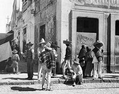1922 , imagen cotidiana afuera de una pulqueria