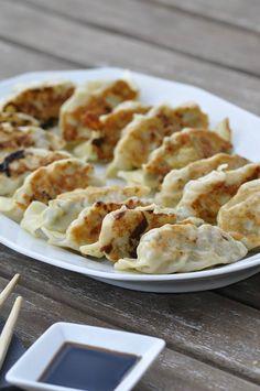 Je suis une grande adepte de la cuisine asiatique, parfumée, variée. A la maison, nous apprécions tous les petits plats exotiques que je décline bien sûr à ma façon. J'aime beaucoup les gyoza, raviolis japonais à la forme froncée. Je les ai découvert... Batch Cooking, Cooking Time, Cooking Recipes, Indian Food Recipes, Healthy Dinner Recipes, Asian Recipes, Thai Recipes, Asian Zucchini Recipe, Salty Foods