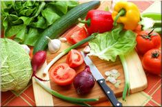 <p>Here's how to live with candida and help fight back against it with 10 natural healing foods!</p>