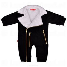 Cool baby clothes for your little boy! Oh Baby London is known for its creative baby clothes and leave them here again. This biker baby suit is made of a thick fabric so that the pack is warm. The white lining and golden zippers make this cool baby outfit complete! The sleeves and pants are elastic for extra comfort.