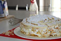 La torta diplomatica è un dolce irresistibile che celebra la pasticceria italiana. Nasce dal mix tra crema pasticcera e crema chantilly e il suo aspetto maestoso lo rende perfetto per occasioni speciali, compleanni e feste.