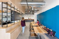 Una oficina con espacios abiertos y flexibles - Jasper Sanidad - ESPACIO LIVING