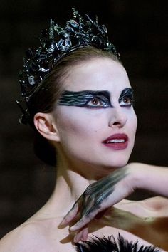 Iconic Halloween make-up – and how to recreate it Natalie Portman as Nina Sayers/the Swan Queen The look- HarpersBAZAARUK A selection of bird photos The Black Swan, Black Swan Film, Black Swan Makeup, Black Swan 2010, Natalie Portman Black Swan, Movie Makeup, Makeup Art, Makeup Ideas, Couleur L Oreal
