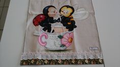Pano de copa extilotex em pintura de abelha com joaninha na chicara de chá, barrados em tecido 100% algodão e bordado inglês