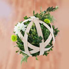 Voir la source Matériel nécessaire : un rouleau de chant (de préférence en bois véritable) de la mousse florale sèche de jolis fleurs et petites plantes de la colle à bois des pinces (utiles pendan…