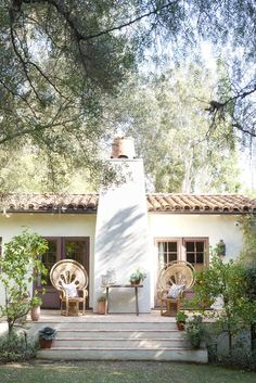 Reese Witherspoon's House in Home Again Movie. Exterior of back of a California Spanish hacienda house featured in HOME AGAIN starring Reese Witherspoon. Spanish Style Homes, Spanish House, Spanish Colonial, Spanish Revival, Elle Decor, Reese Witherspoon House, Outdoor Spaces, Outdoor Living, Outdoor Chairs