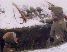 In der Kälte Russlands - Landser während einer Gefechtspause-color photo-ww2shots-army, pin by Paolo Marzioli