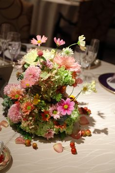 目黒雅叙園孔雀の間さまへの、秋の装花です。   翌日に花嫁様からメールをいただき、    「私の理想のすべてを叶えてくれる 素敵なお花...