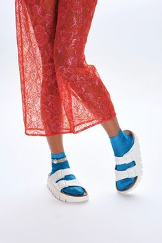 White Birkenstock platform sandals worn with socks and a sheer skirt. Green Fashion, 90s Fashion, Rachel Green Style, 90s Shoes, Lace Pants, Mary Jane Pumps, Patterned Socks, Strappy Sandals, Low Heels