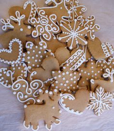 I've been on a gingerbread baking spree over the past few days. Here are some simple cookies I made for my work colleagues. I used snowflake...