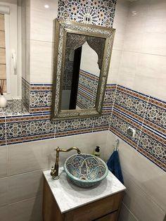 Marokkanischen Fliesen. Badideen. Wohnideen.  #lifestyle #wandfliesen #marokkanische #marokkanischefliesen #fliesen #innenarchitektur #moroccantiles #marocchine #piastrelle #zellige #fliesen #dekorfliesen #wandfliesen #wohninspiration #Wohnideen  #homedecor #homedesign #wohntrends #inneneinruchtung #badezimmer #badfliesen #buntefliesen #ausgefallen #kacheln Home Design, Modern Design, Flat Interior, Interior Ideas, Vanity, Bathroom, Home Decor, Trendy Tree, Moroccan Pattern