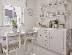 Móveis brancos com acabamentos desgastados, tons suaves, delicadeza e peças florais caracterizam o estilo provençal que transforma os ambientes em locais aconchegantes e cheios de charme. http://carrodemo.la/1b11f
