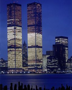 World Trade Center's Twin Towers, New York, built: destroyed: architect Minoru Yamasaki, seen from the harbor at night, 1973 World Trade Center Nyc, Trade Centre, Beautiful Buildings, Beautiful Places, Photographie New York, New York City, 11 September 2001, Vintage New York, Lower Manhattan