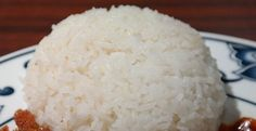 Préparez une grande quantité de riz et étalez-le sur du papier cuisson sur une plaque à pâtisserie. Quand le riz est congelé, mettez-le dans des sacs de congélation ou même dans des boîtes en plastique. Et voilà, vous avez du riz disponible quand vous voulez ! C'est aussi une bonne astuce pour préparer le riz entier, qui prend longtemps à cuire. Utilisez-le pour les plats en sauce, les soupes et le riz cantonais