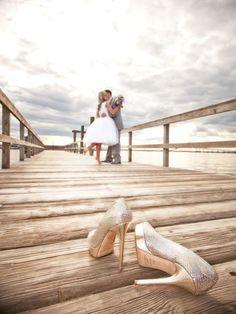 Prachtig foto van de #bruidsschoenen met op de achtergrond het gelukkige #bruidspaar Wat een super idee #weirdcloset
