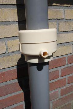 """www.rainsaver.nl/fluide aansluiten. Schuif onder en boven kant van de """"bladvanger"""" naar elkaar toe. Sluit het geheel. Klaar is Kees. Kijk even of de bladvanger op zomer of op winter stand staat."""