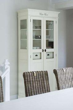 ruokapöydän voisi myös sijoittaa vitriinin eteen, ikkunan alle