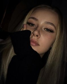 Simple makeup and blonde hair - ChicLadies. Selfies Poses, Girls Selfies, Cute Selfie Ideas, Subtle Makeup, Instagram Pose, Insta Photo Ideas, Grunge Girl, Aesthetic Girl, Aesthetic Drawing
