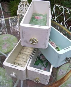Trendy sewing machine vintage decor old drawers Ideas Shabby Chic Wall Decor, Shabby Chic Crafts, Shabby Chic Style, Shabby Chic Homes, Shabby Chic Furniture, Vintage Furniture, Modern Furniture, Sewing Machine Drawers, Sewing Machine Tables