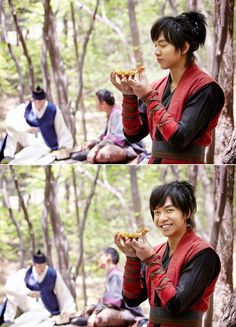 Lee Seung Gi - Gu Family Book - Joseon era pizza delivery: looks like something else besides chicken can bring that smile to Kang Chi's face