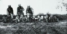 """""""Tromper l'ennemi – L'invention du camouflage moderne en 1914-1918"""" de Cécile Coutin. Des silhouettes en carton peint de soldats allemands dans diverses attitudes d'attaque."""