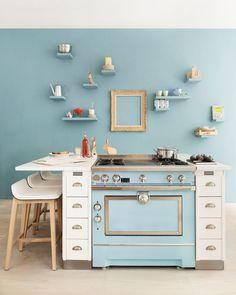 Ilot central La Cornue, avec une Grand Maman 90, émail aquamarine, meubles épiceries et meubles Mémoire en chêne peints en blanc, L 142 x P 126 x H 78 cm, 36294 euros, La Cornue.