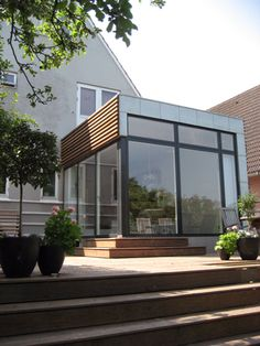Modern extension with timber cladding and zinc. Bungalow Extensions, House Extensions, Contemporary Architecture, Architecture Details, Exterior Design, Interior And Exterior, Extension Veranda, Modern Conservatory, Veranda Design