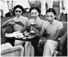 20世纪20年代,上海网球俱乐部网球比赛间隙,李家三姐妹在吃点心。
