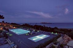 #Algarve mit #Luxus und #Sport #Romantisch ist die Küste beim #Fischerstädtchen Sagres. Genau hier bietet das Designer-Fünfsterneresort Martinhal viel Abwechslung im und besonders vor den Toren des 42 Hektar großen, traumhaften Areals direkt am #Meer.