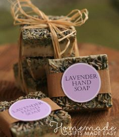 Lavender soap recipe for melt-and-pour soap base. Includes free printable labels to download. Easy homemade Christmas gift idea!