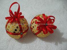 Bola natalina  patch work tecido dourado , fita cetim vermelha com pontos de lantejola...