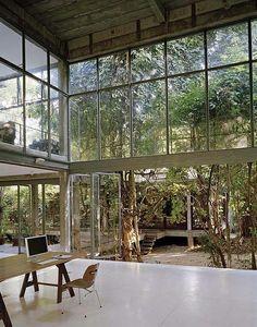Maison et jardin séparés par baie vitrée