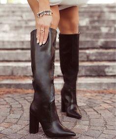 Μπότα Rea μαύρο από συνθετικό δέρμα σε χρώμα μαύρο. Το πέλμα της είναι πολύ μαλακό και το τακούνι της είναι τετράγωνο, σταθερό ύψους 11 εκ. Οι συγκεκριμένες μπότες αποτελούν ιδανική επιλογή για τα casual chic looks. Μπορούν να φορεθούν πρωί-βράδυ με jeans, κοντές φούστες ή oversized πουλόβερ σε στιλ φορέματος. Ένα ζευγάρι μαύρες μπότες είναι απαραίτητο must-have statement στη γυναικεία γκαρνταρόμπα. Sexy Boots, Black Boots, Knee Boots, Heeled Boots, High Heels, Shoes Heels, Dress Shoes, Pull On Boots, Chunky Heels