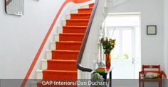 Orangefarbener Treppenläufer