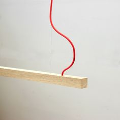 La lampada led a sospensione Bushido cavo rosso ha un design minimale in legno di alta qualità e utilizza tecnologia a led ad alta efficienza. Ideale per...