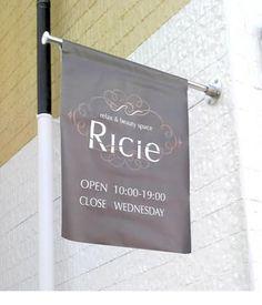 アドシップの看板通販 突き出しフラッグ Wayfinding Signage, Signage Design, Sign Board Design, Sign System, Exterior Signage, Restaurant Signs, Open Signs, Flag Design, Web Design