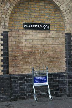 Harry Potter's platform 9 3/4 in King's Cross Station, London - Het bagagewagentje en het bordje hebben wij nooit gezien, de film was toen net uit.  King's Cross is van buiten een spectaculair gebouw met torens en trappen.  Het aanpalende St Pancras Station is ook zeker een bezoek waard. Ergens op dit King's Cross is een plaquette die herinnert aan een grote brand die onder de houtenroltrap ontstond.