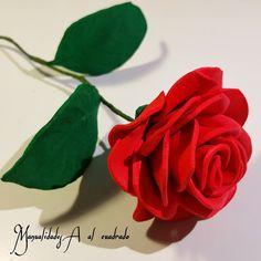 Rosa de goma eva con moldes. manualidadesaalcuadrado.com