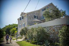 'Ovo je naš mali raj': pogledajte divno obnovljenu kamenu kuću na Prviću > Slobodna Dalmacija > Kvadrat po mom