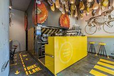 Fantasticky svieži interiér barcelonského fast-foodu vás určite nenechá (c)hladnými! Výrazné grafické prvky, farby a kreativna práca s rôznymi detailmi a doplnkami vytvárajú zapamätateľný image reštaurácie...a čo tá vôňa!