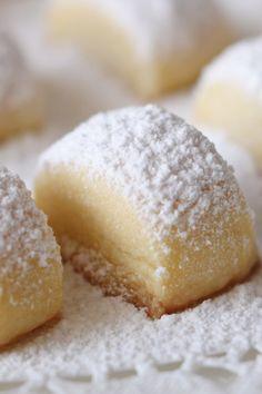 Traumstücke: Nur 6 Zutaten – die zergehen auf der Zunge! - bildderfrau.de Christmas Baking, Christmas Cookies, Hamburger, Diy Food, Cake Cookies, Cake Pops, Oreo, Muffins, Food And Drink