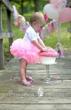 First Birthday Cake Smash. Also love the full short skirt! Birthday Cake Smash, Birthday Bash, First Birthday Parties, First Birthdays, Birthday Ideas, 1st Birthday Pictures, Birthday Photography, Cupcake Photography, Baby Girl First Birthday