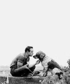 Marlon Brando con su perro