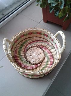 (54) Одноклассники Cane Baskets, Recycle Newspaper, Recyle, Basket Crafts, Paper Weaving, Art N Craft, Paper Basket, Pottery Designs, Recycled Crafts