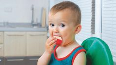 """!! babybel kaasjes, druiven, kerstomaatjes, nootjes zoals pinda's enz..., zaadjes zoals zonnebloempitten en pompoenpittenenz;;;Wéér peuter (2,5) gestikt in Babybel kaasje: Laat kinderen nooit eten en spelen. Het is al de derde keer in ruim twee jaar dat zoiets gebeurt. Daarom roept kinderlongarts Elke De Wachter (UZ Brussel) op tot voorzichtigheid: """"Toezicht als peuters eten."""" Ze zijn als baby gewend om te zuigen en wanneer iets in hun mond te groot is, gaan ze er opnieuw op zuigen - bv…"""