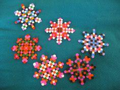 Bright perler bead snowflakes! avec des perles - Guirlande