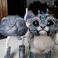 Guys, look how important is the paint work on a sculpt/doll like this! On the left, a Chibi Dragon with the first layer of paint; on the right, Boo with the finished paint job. Almost every highlight and shadow you can see on the finished work has to be painted. Painting them is the part of the whole process that takes me longer (and the one I loathe most x_x), but it's totally indispensable to do the finished piece look good! #Wip #workinprogress #chibidragonspirits #artdolls #painting